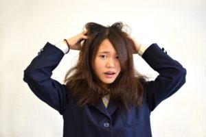 髪の毛の広がりが気になる女性